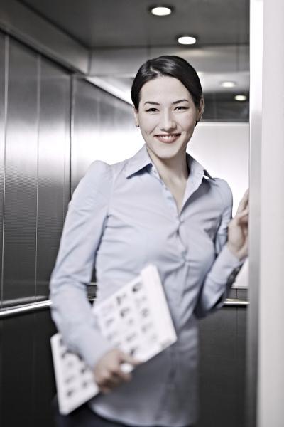 BFW I Shooting Imagebroschüre Teilnehmerin im Aufzug I ANDY BRUNNER photography